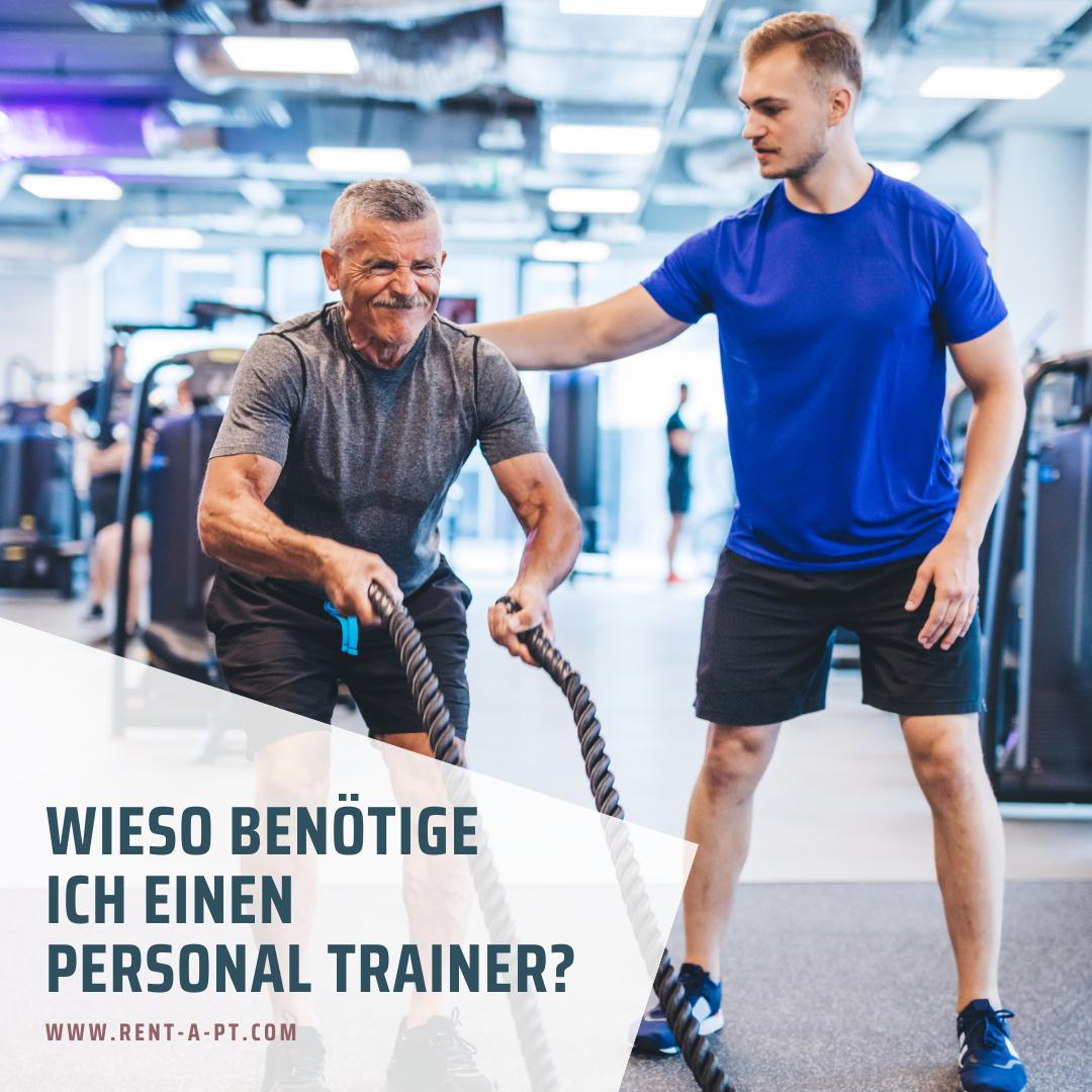 Ein älterer Mann trainiert mit einem Personal Trainer im  Fitnessstudio.