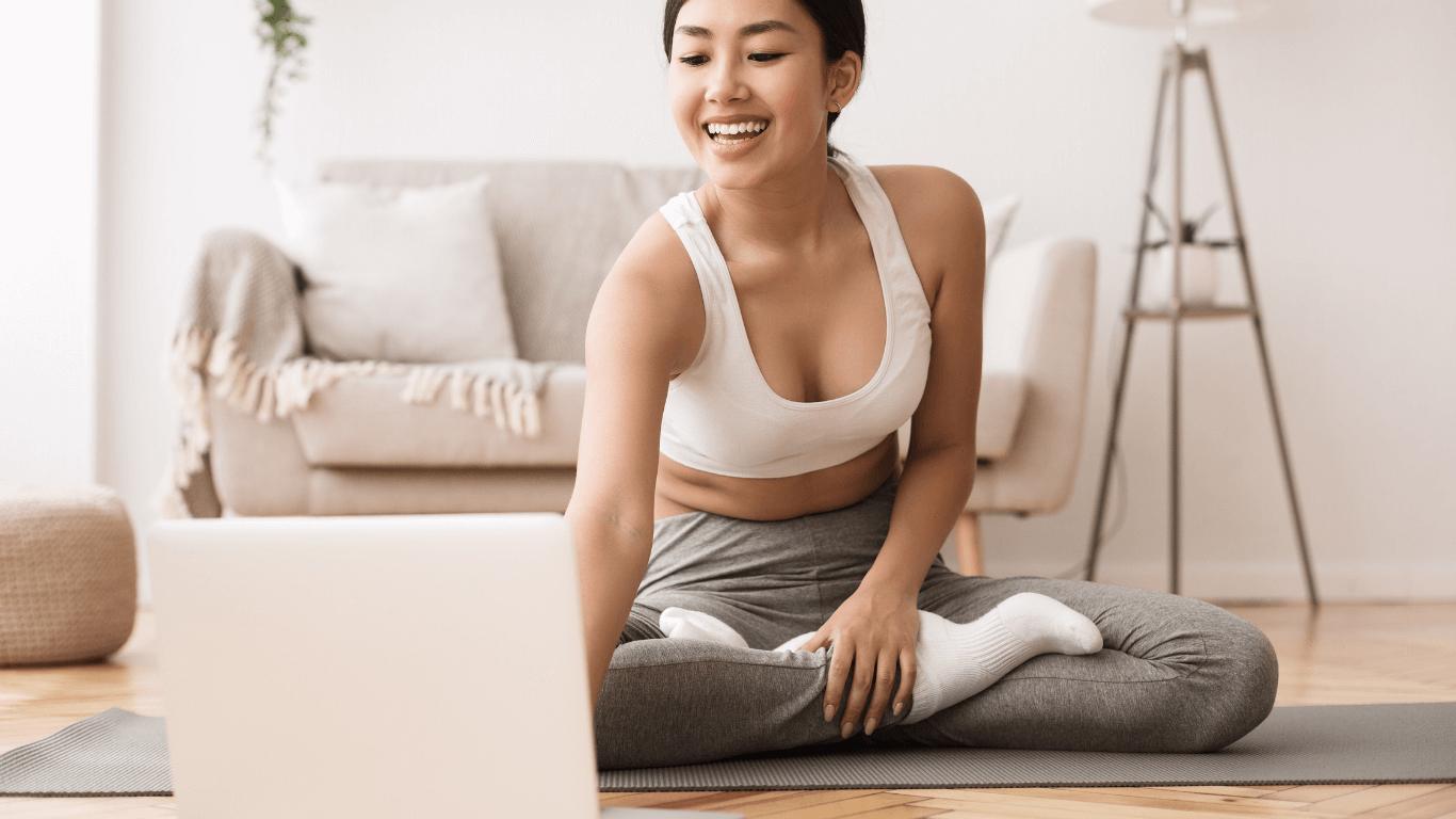 sportliche Frau mit Laptop