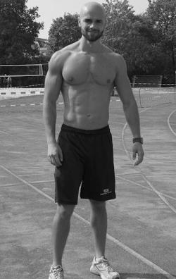 Mann auf Sportplatz